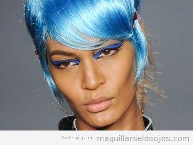 Modelo de Anna Sui, piel oscura y maquillaje ojos tono azul