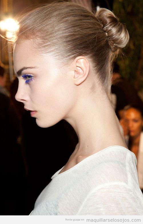 Maquillaje con pestañas lilas o violetas de Cara Delevingne