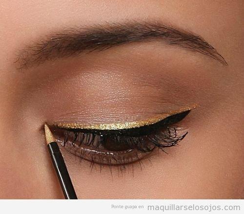 Maquillaje de ojos con línea del ojo doble en negro y dorado