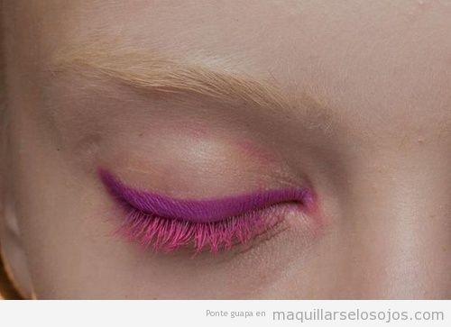 Maquillaje de ojos con eyeliner y máscara en rosa, Donna Karan Summer 13