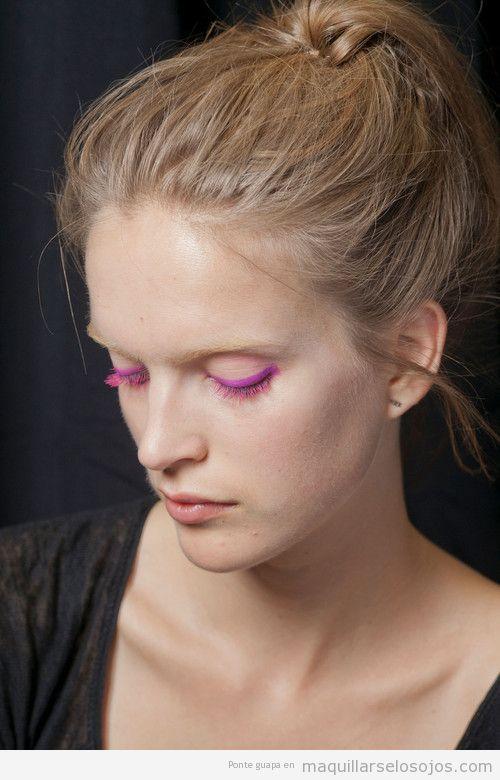Maquillaje de ojos, perfilador y pestañas color rosa