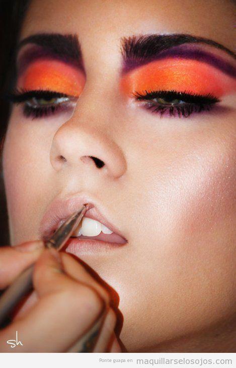 Maquillaje de ojos con sombra naranja y malva