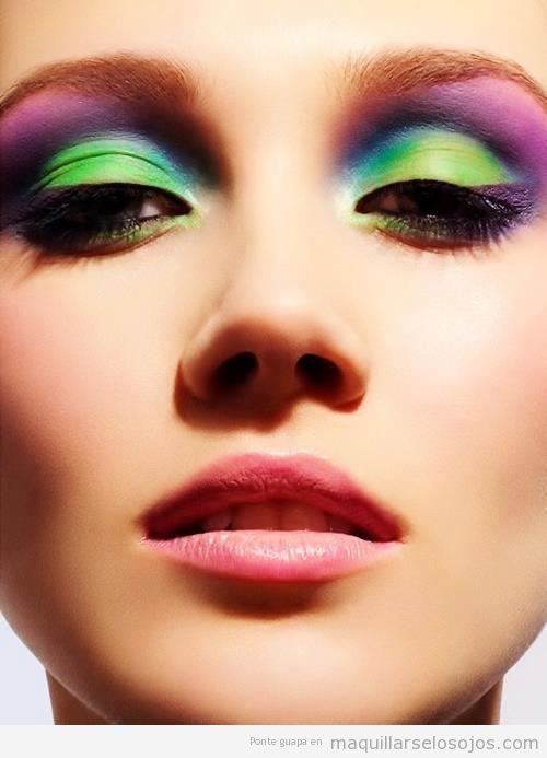 Maquillaje de ojos con sombra multicolor