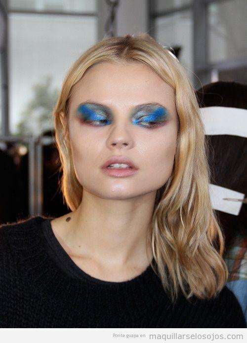 Maquillaje de ojos en gris y azul galaxia
