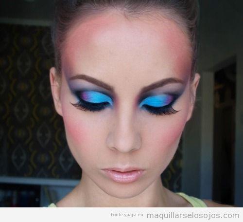 Maquillaje de ojos en azul eléctrico o fantasía