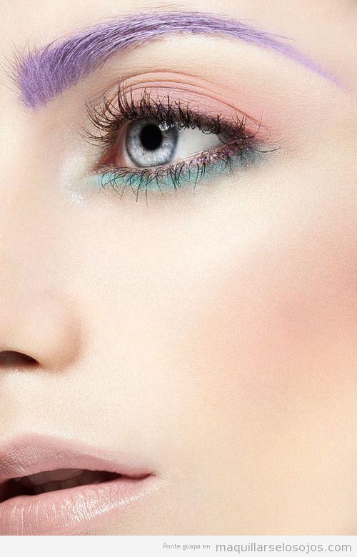 Maquillaje con cejas teñidas de lila, eyliner en párpado inferior verde turquesa