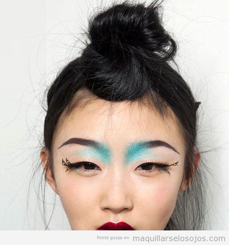 Maquillaje de ojos con dibujo de alas de mariposa