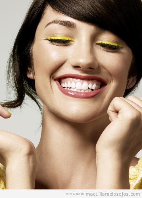 Maquillaje con perfilador amarillo, primavera 213