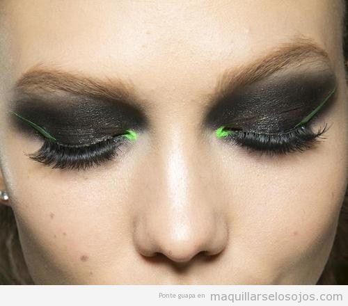 Maquillaje de ojos son sombra en gris oscuro y verde fosforito