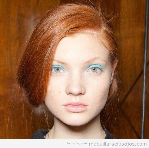 Maquillaje de ojos en azul claro para pelirrojas