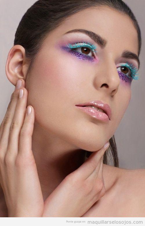 Idea maquillaje de ojos con pestañas color turquesa y purpurina lila