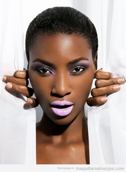 Maquillaje de ojos rosa claro para pieles oscuras