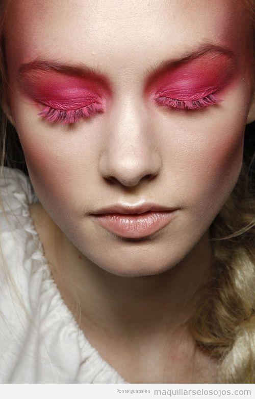 Maquillaje de ojos con sombra y pestañas en rosa fucsia