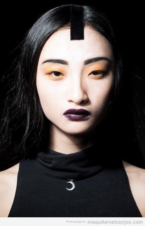La modelo Rowena Xi Kang con maquillaje de ojos sombras naranjas