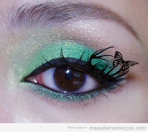 Maquillaje de ojos en tonos verdes con mariposa en las pestañas