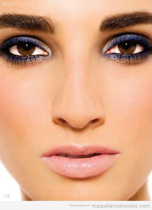 Maquillaje de ojos con eyeliner azul oscuro