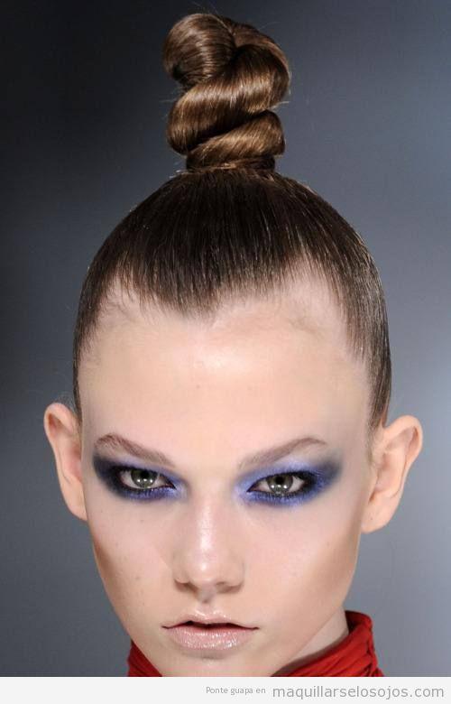 Maquillaje de ojos violeta y gris, estilo ahumado