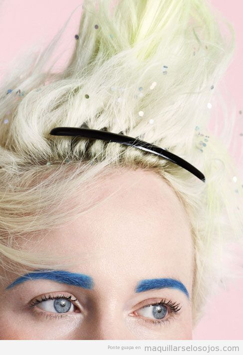 Maquillaje de ojos con cejas azules