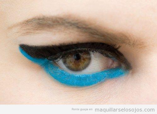 Maquillaje con párpado inferior del ojo en azul