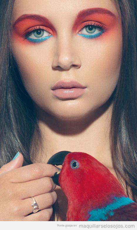 Maquillaje de ojos en rojo anaranjado y azul