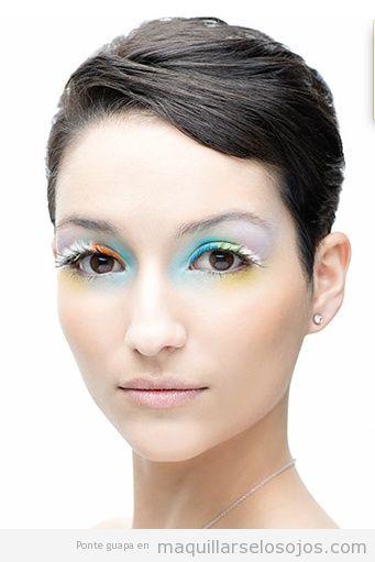 Maquillaje de ojos con aire asiático, plumas blancas en pestañas