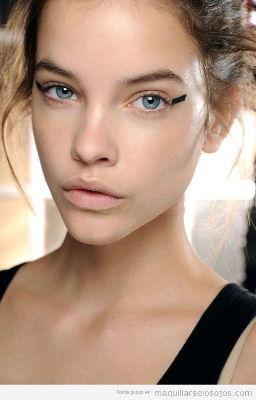 Maquillaje de ojos original con una raya negra