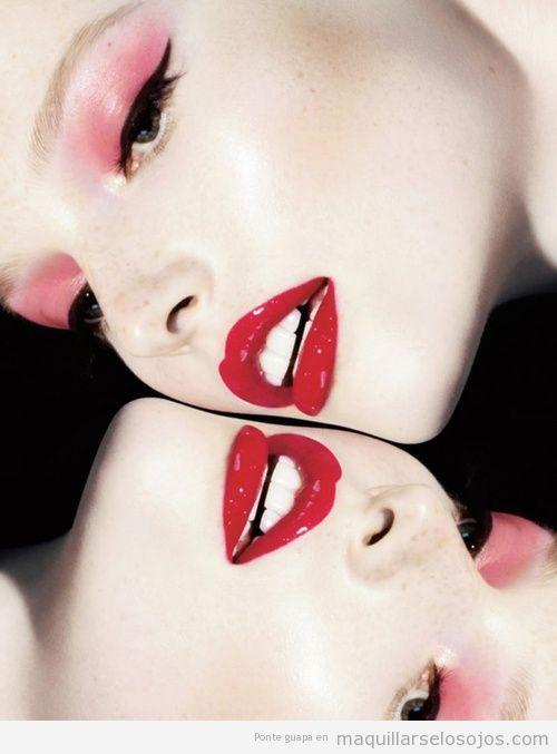 Maquillaje de ojos en coral, efecto glossy o acuoso