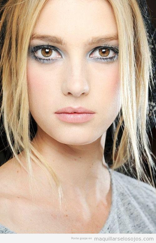 Maquillaje de ojos con sombra de color gris