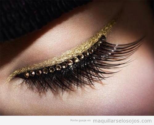 Maquillaje de ojos con perfilador dorado y perlas