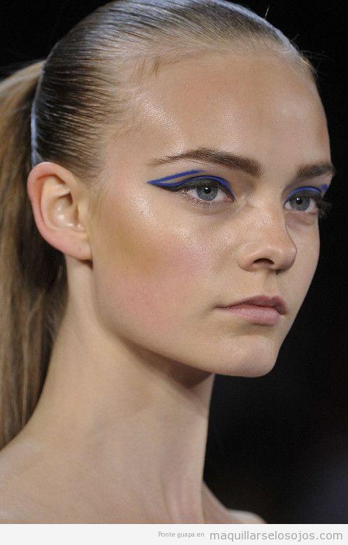 Maquillaje de ojos, perfilador azul eléctrico original