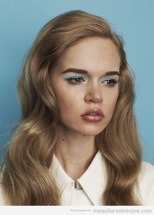 Maquillaje de ojos estilo retro en color turquesa