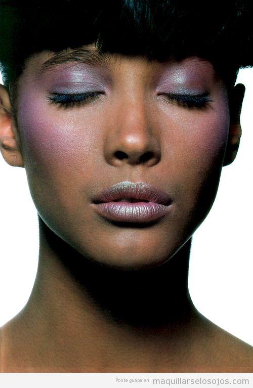 Maquillaje de ojos y colorete en tonos rosas y lilas para pieles oscuras o negras