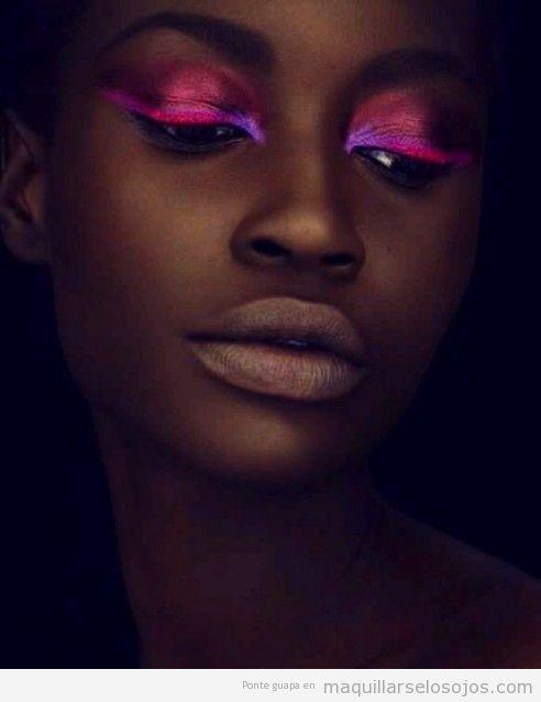 Maquillaje de ojos en rosa neón fosforito sobre piel negra