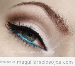 Maquillaje de ojos para verlao en línea del agua en azul celeste