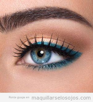 Maquillaje de ojos para verano con línea del ojo en azul aguamarina