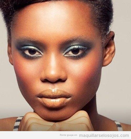 Maquillaje de ojos en azul gris para pieles oscuras o negras