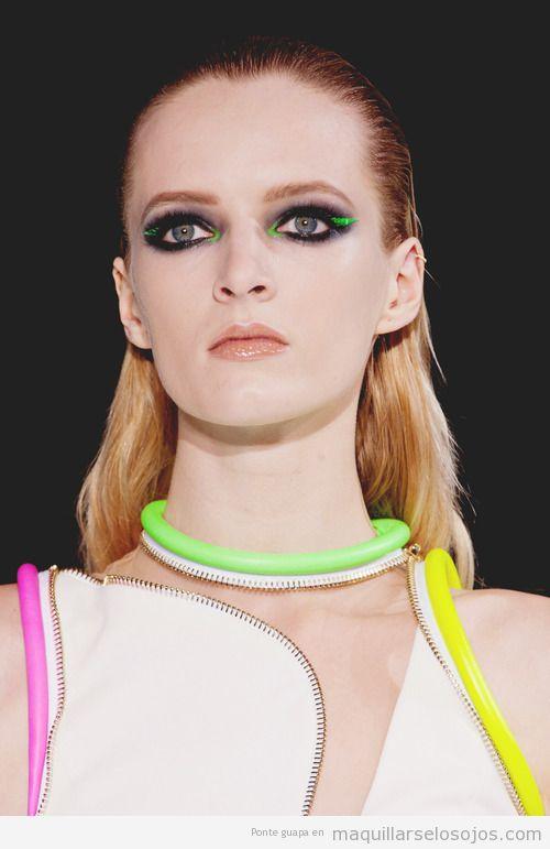 Maquillaje de ojos original, colores negroy  verde neón, verano 2013