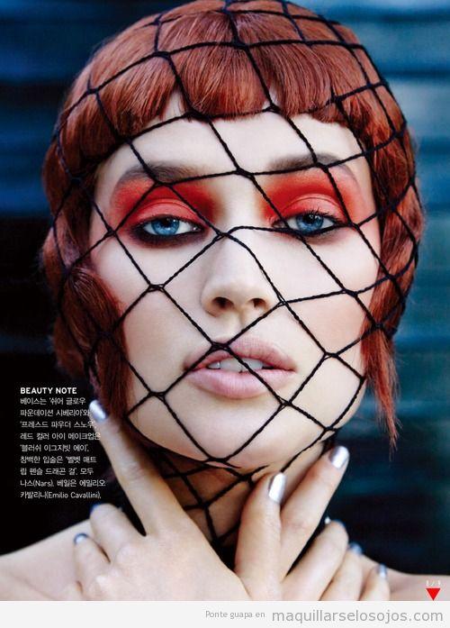 Maquillaje de ojos original en tono naranja rojizo