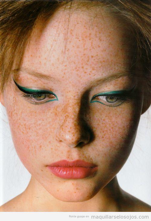 Maquillaje de ojos original con eyeliner verde para pelirrojas