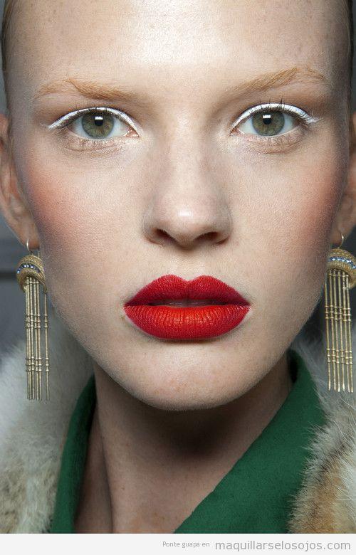 Maquillaje de ojos con eyeliner en blanco y labios rojos