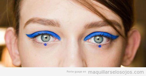 Maquillaje de ojos original en azul eléctrico, acrílico