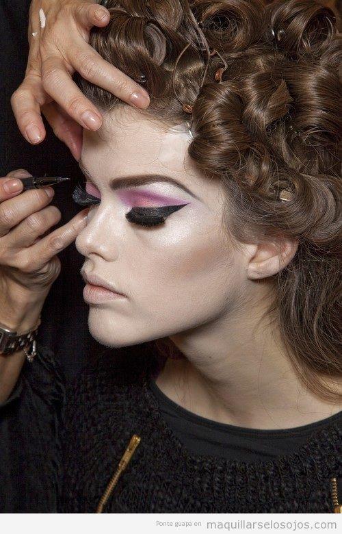 Maquillaje de ojos en rosa y negro