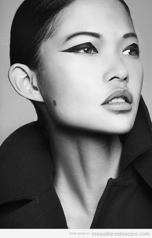 Maquillaje de ojos con sombra de forma triangular