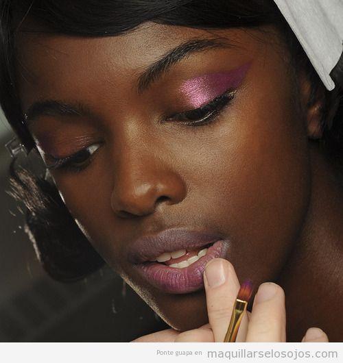 Maquillaje de ojos con sombra rosa brillante para pieles oscuras y negras