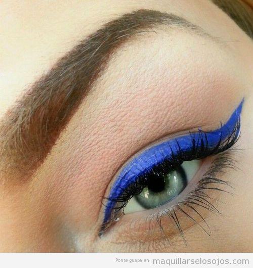 Maquillaje de ojos con eyeline en azul eléctrico