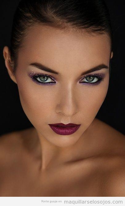 Maquillaje de ojos lila con purpurina