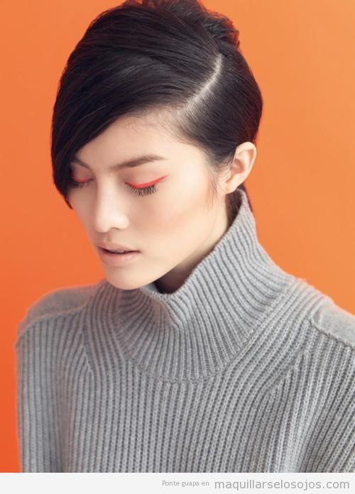 Maquillaje de ojos original con eyeline en rojo
