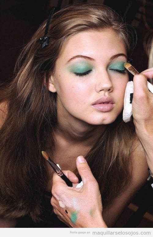 Maquillaje de ojos con sombra verde turquesa y verde lima