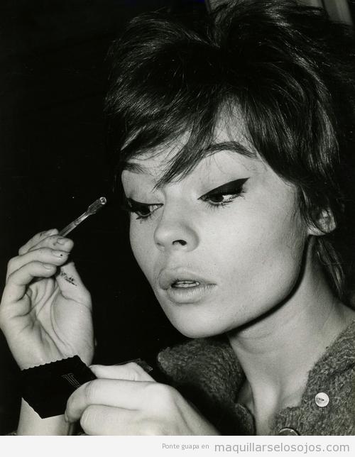 Imagen de Pascale Petit con un maquillaje de ojos estilo vintage, años 60