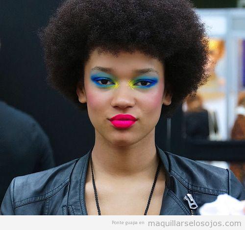 Maquillaje de ojos  azul y amarillo, estilo fantasía